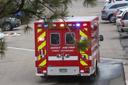 Una ambulancia abandona el lugar del tiroteo en una tienda de comestibles King Soopers en Boulder, Colorado (Reuters)
