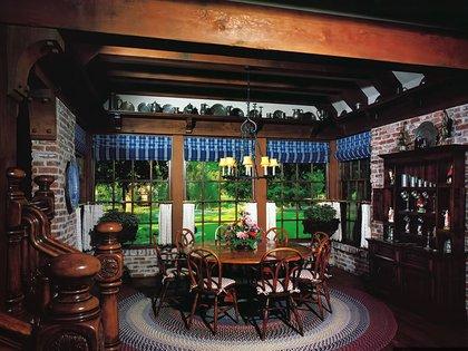 La mansión está hecha con vigas de madera a la vista, ladrillo y piedra, cinco chimeneas y pisos de parquet de roble francés del siglo XVIII de dos castillos en Francia (The Pinnacle list)