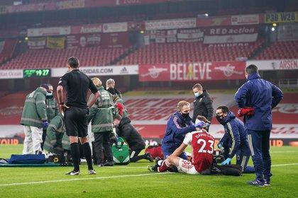 Raúl tuvo que salir con oxígeno, mientras David Luiz regresaba a la acción con una venda en la cabeza (Foto: John Walton/ Reuters)