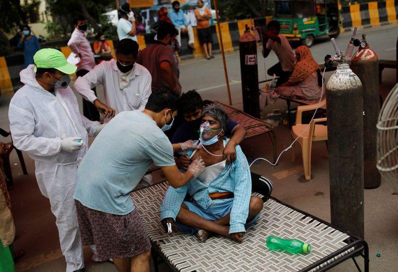 Una mujer con problemas de respiración recibe un suplemento de oxígeno en el templo de Gurudwara en Ghaziabad, India