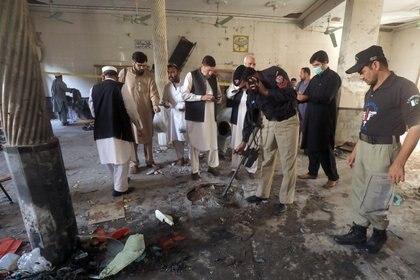 Un miembro de un equipo de desactivación de bombas examina el lugar de la explosión de una bomba en un seminario religioso en Peshawar, Pakistán. REUTERS/Fayaz Aziz