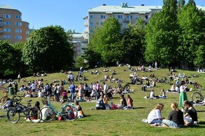 Varios grupos de personas disfrutan del buen tiempo en el parque Tantolunden de Estocolmo, Suecia, el 30 de mayo de 2020 (TT News Agency/Henrik Montgomery via REUTERS)