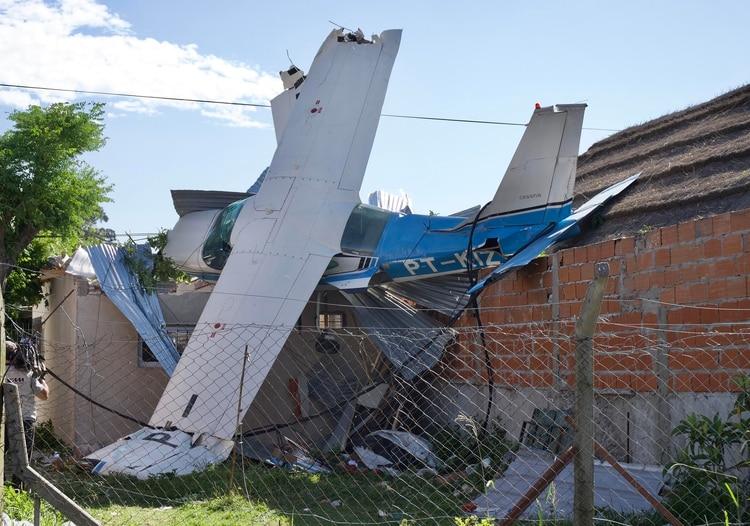 Así quedó la avioneta sobre la casa en San Fernando (Télam)