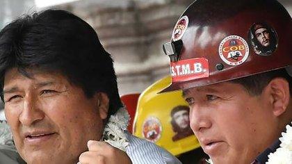 Evo Morales junto a Juan Carlos Huarachi, titular de la Central Obrera Boliviana, que lo acompañó durante la mayor parte del gobierno pero terminó pidiendo su renuncia (EFE)