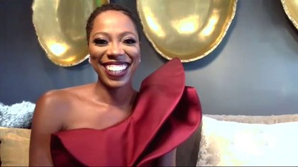 Yvonne Orji, lució un vestido de un solo hombro en color bordó acompañado con un maquillaje con boca roja para la entrega de los premios de esta noche