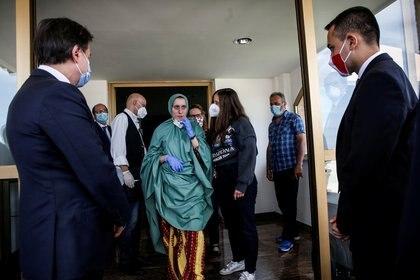 Silvia Romano, una italiana que fue secuestrada por terroristas en Kenia hace 18 meses, saluda en el aeropuerto militar de Ciampino en Roma, Italia, el 10 de mayo (Reuters)