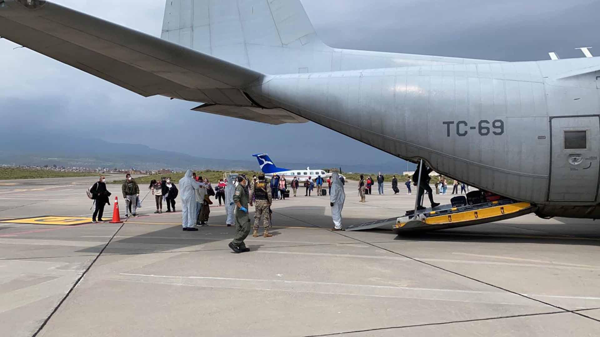 El Hércules de las Fuerzas Armadas, ayer, al traer argentinos varados en Guayaquil, Ecuador