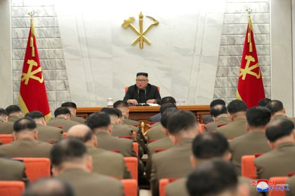 El líder de Corea del Norte, Kim Jong Un, habla durante la Primera Reunión Ampliada de la Octava Comisión Militar Central del Partido del Trabajo de Corea (PTC) en Pyongyang el 24 de febrero de 2021 en esta foto difundida por la Agencia Central de Noticias de Corea del Norte (KCNA)