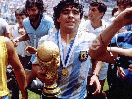 Diego le lleva la Copa a Don Ricardo para la foto tras alzarla en México