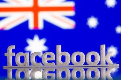 Un logotipo de Facebook impreso en 3D sobre la bandera de Australia, 18 de febrero de 2021. REUTERS/Dado Ruvic