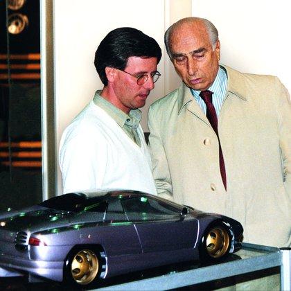 """Horacio Pagani junto a Juan Manuel Fangio, otra de las personas claves en su carrera. """"El Chueco"""" le escribió una carta de recomendación para Ferrari (Pagani Automobili)"""