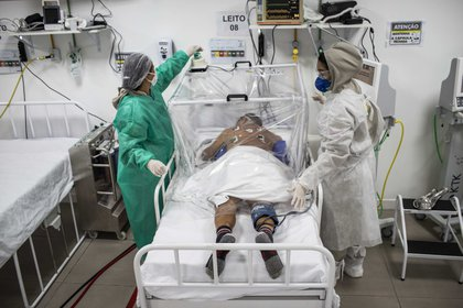Un paciente de COVID-19 recibe tratamiento este martes en el Hospital Municipal de Campanha Gilberto Novaes, en la ciudad de Manaus (Brasil) (EFE/ Raphael Alves)