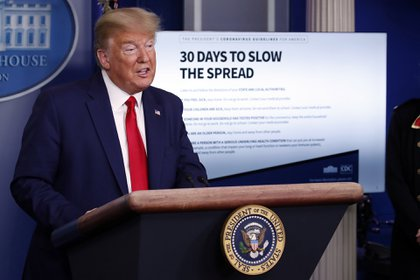 El expresidente Donald Trump habla sobre el coronavirus en la Sala de Prensa James Brady de la Casa Blanca en Washington. (Foto AP / Alex Brandon)