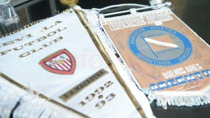 Banderines varios; en este caso, del Sevilla y de Argentinos, con firmas del plantel de la época