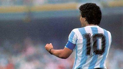 La imagen de Maradona que puede asemejarse a la silueta entre las nubes, la luna y el cielo de Paraná