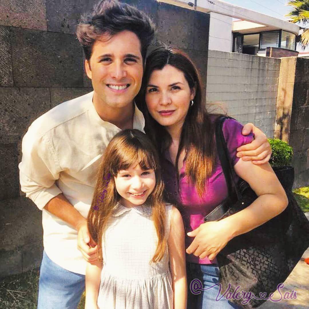 Valery Sais, junto a Diego Boneta y su mamá