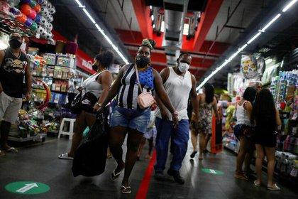 Gente con mascarillas en el Mercado de Madureira en Rio de Janeiro (Reuters/ Pilar Olivares/ archivo)