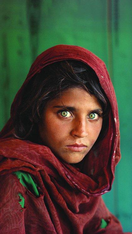 """""""La Joven Afgana"""", Sharbat Gula, se sienta en un campo de refugiados en Paquistán. Steve McCurry, 1984"""