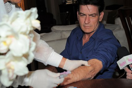 "Charlie Sheen perdió su trabajo en ""Two and a Half Men"" por su vida de excesos"