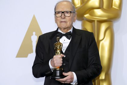 """Ennio Morricone con su Óscar por la película """"The Hateful Eight"""" (REUTERS/Mike Blake/archivo)"""