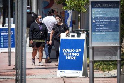 Gente camina en Florida con máscaras faciales. EFE/Cristóbal Herrera/Archivo