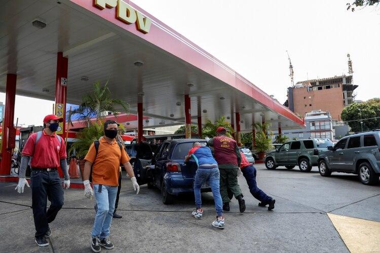 Venezolanos con barbijos para protegerse del coronavirus en Caracas el 23 de marzo de 2020 (REUTERS/Manaure Quintero)