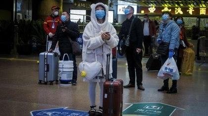Viajeros usan mascarilla en una estación de trenes luego del brote de coronavirus en Pekín, China. 13 de enero, 2021. REUTERS/Thomas Peter