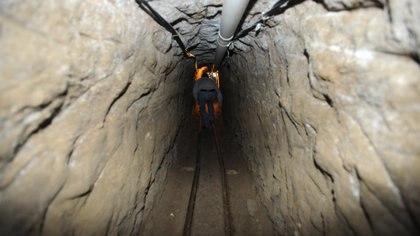 """ALMOLOYA, EDOMEX, 17JULIO2015.- Permanece acordonado la casa en obra negra en cuyo interior se encuentra la salida del túnel por el cual el narcotraficante Joaquín Guzmán Loera """"El Chapo"""" huyó de su celda en el penal de máxima de seguridad del Altiplano. El boquete mide kilómetro y medio de largo.  FOTO: ARMANDO MONROY /CUARTOSCURO.COM"""