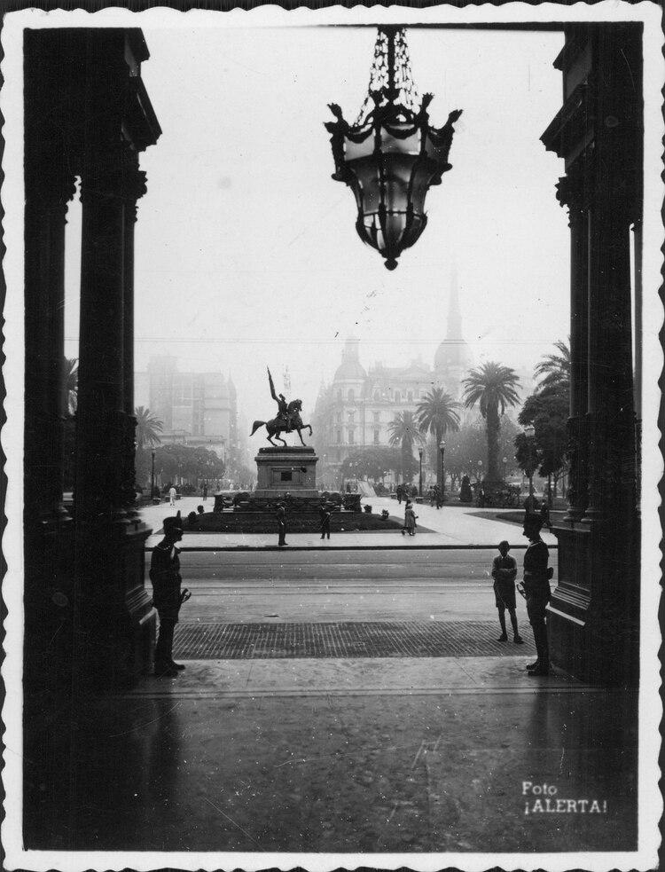 El monumento a Belgrano en Plaza de Mayo (Archivo General de la Nación)