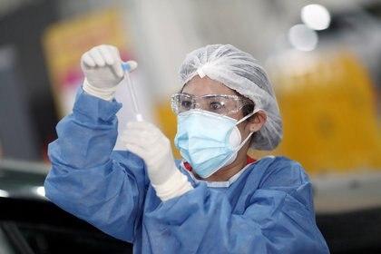 Ante la segunda ola de coronavirus, el Poder Ejecutivo resolvió dar otra prórroga de descuentos a todas las empresas y establecimientos que presten servicios sanitarios. REUTERS/Agustin Marcarian