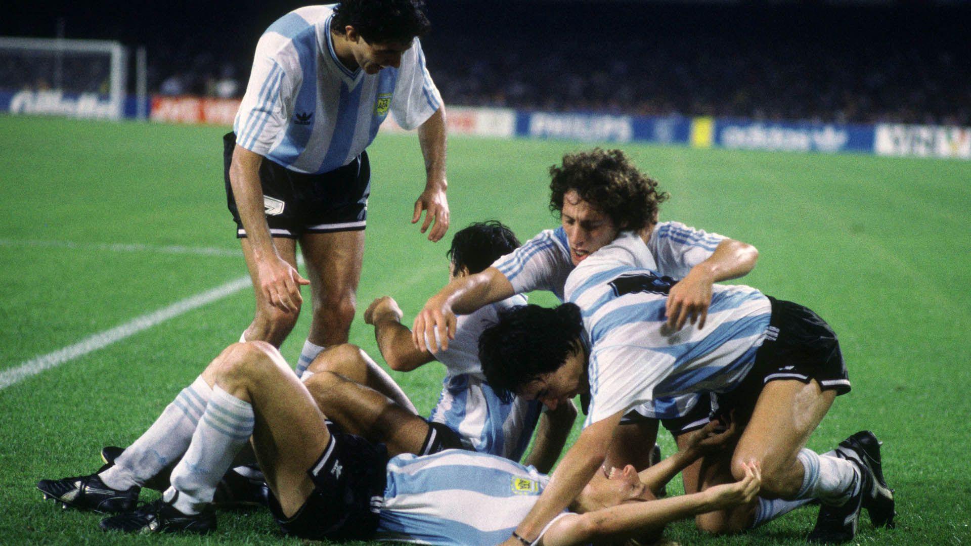 Los jugadores se acercan a Caniggia para festejar uno de los goles más importantes de la historia de la Selección en el Mundial de Italia
