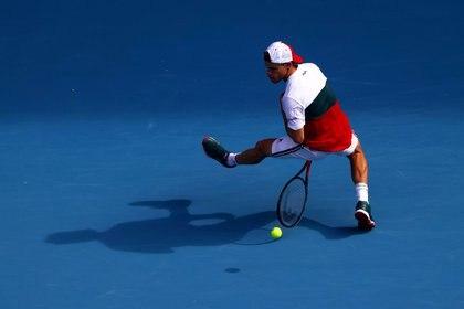 El Peque en acción ante Djokovic en Melbourne, Australia (REUTERS/Kai Pfaffenbach)