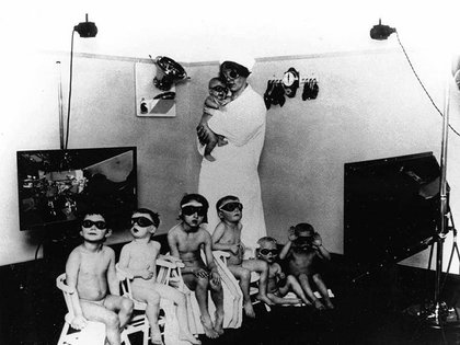 La política de la Lebensborn fue promovida por el régimen nazi en los países que fue conquistando para contrarrestar la baja tasa de natalidad alemana y formentar la pureza racial aria