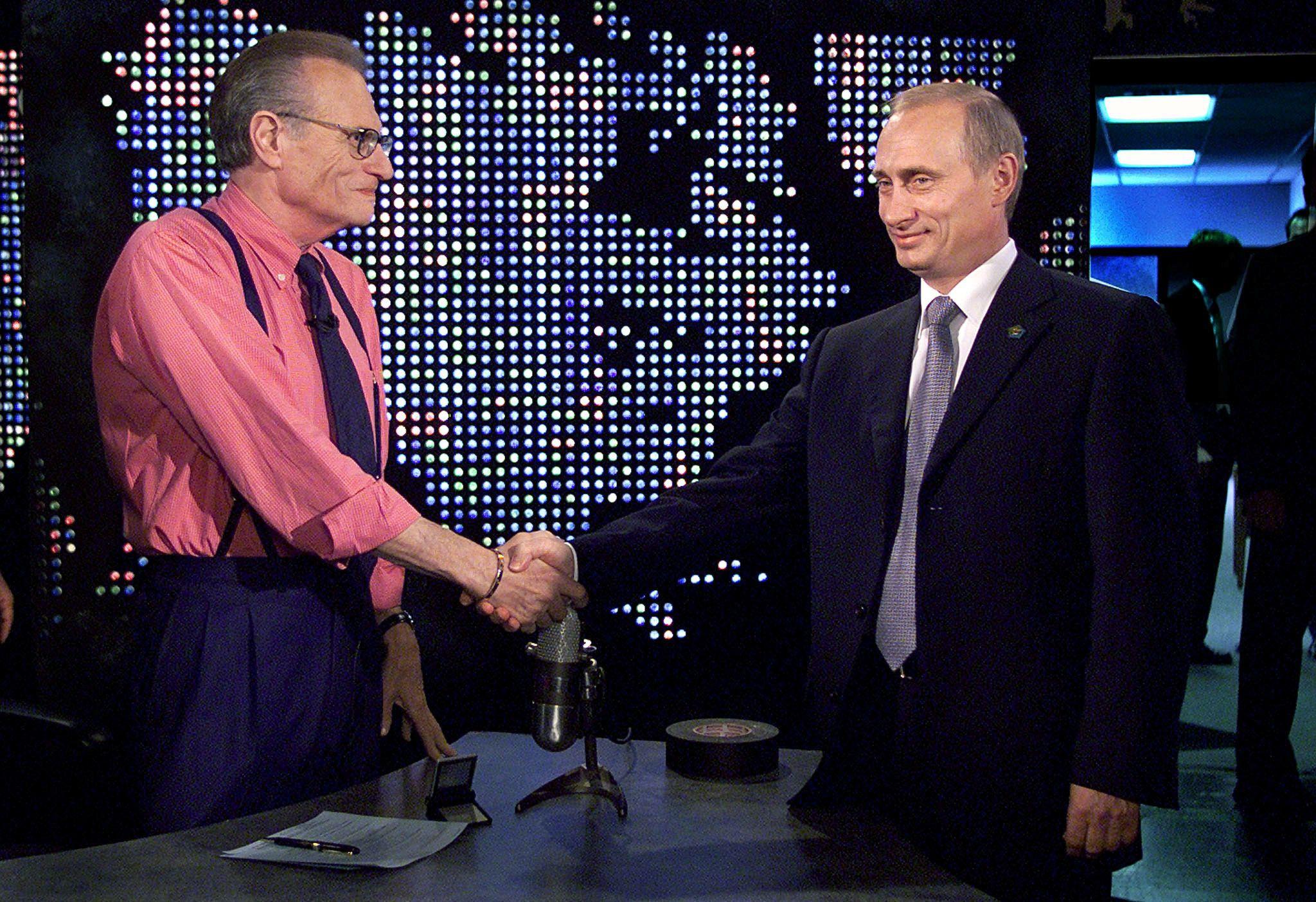 """El presidente ruso Vladimir Putin estrecha la mano de Larry King antes de una grabación de """"The Larry King Show"""" en Nueva York, Estados Unidos, el 8 de septiembre de 2000. REUTERS/File Photo"""