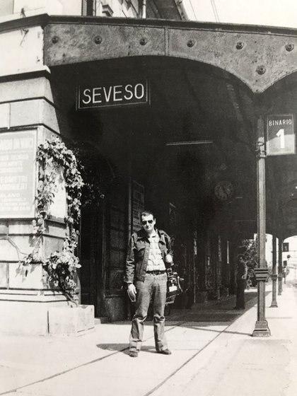 La llegada del periodista Alfredo Serra a la estación de Seveso, a 25 kilómetros del norte de Milán