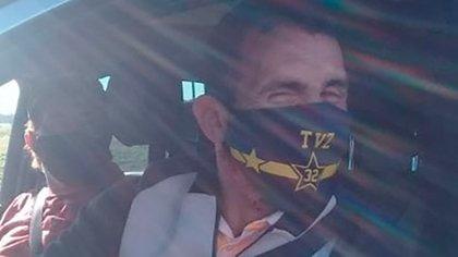 Carlos Tevez se mostró de buen humor y se sacó fotos con los agentes en el control donde le impidieron ingresar a Tandil