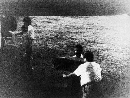 Esta es la foto que tomó Barry Seal donde se reveló la conexión del Cartel de Medellín y Pablo Escobar con miembros del gobierno sandinista de los 80. (Archivo)