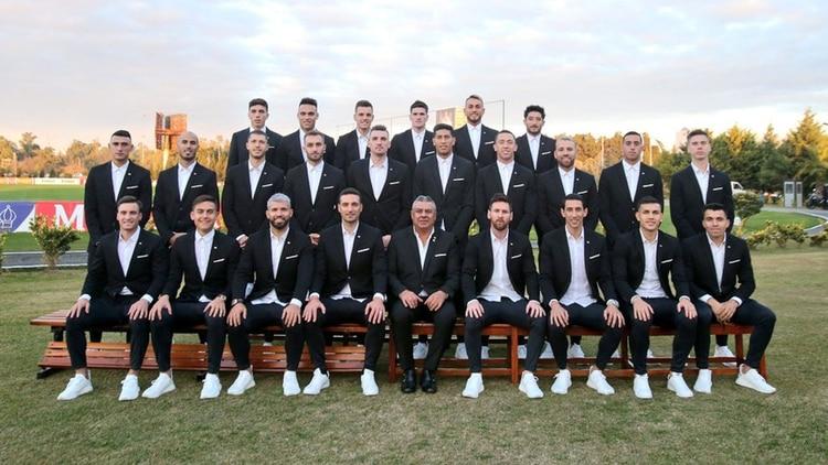 Los 23 jugadores con el traje diseñado por Key Biscayne (@Argentina)