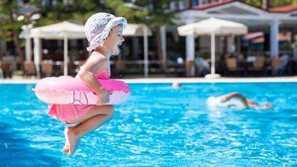 Uno de los puntos más importantes es evitar permanecer mucho tiempo debajo del agua: esto es muy frecuente en los niños pequeños (Shutterstock)