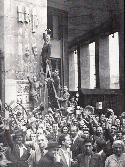 La destrucción de los símbolos fascistas en Milán