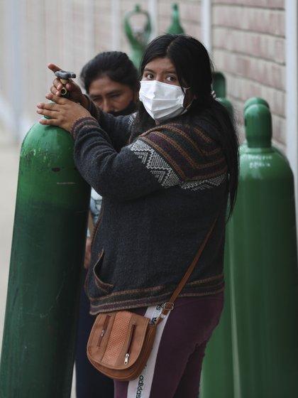 La espera para conseguir una recarga de oxígeno en Lima (AP)