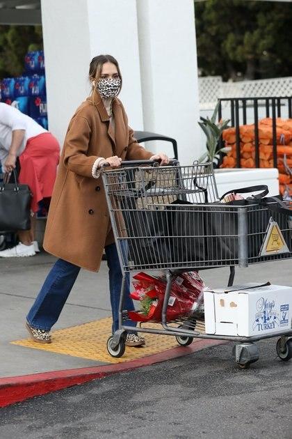 Jessica Alba fue vista saliendo de Bristol Farms arrastrando un carrito con las compras que hizo, entre las que se veían dos enormes ramos de flores y pavos para cocinar. La actriz y fundadora de Honest Company lució un jean, zapatillas que combinó con su tapabocas -ambos con estampa de animal print- y un tapado marrón