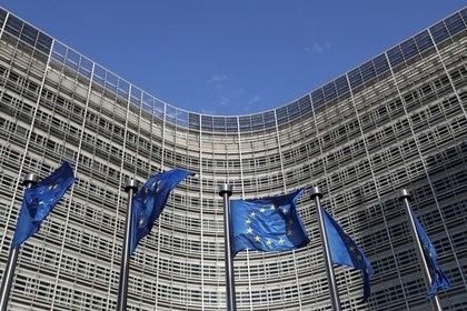 IMAGEN DE ARCHIVO:  Banderas de la Unión Europea ondeando afuera de la sede de la Comisión Europea en Bruselas, Bélgica, Junio 30, 2019. REUTERS/Yves Herman
