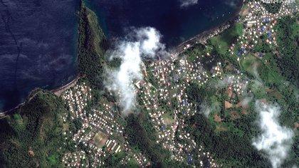 Fotografía satelital facilitada por Maxar Technologies que muestra el volcán La Soufriere en San Vicente y las Granadinas, el 2 de abril de 2021. EFE/Maxar Technologies