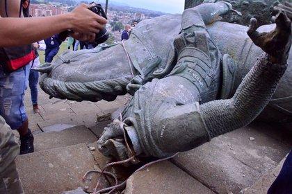 Monumento de Sebastián de Belalcázar que fue derribado por comunidades indígenas, este miércoles, en Popayán (Colombia). EFE/Elkin Rojas