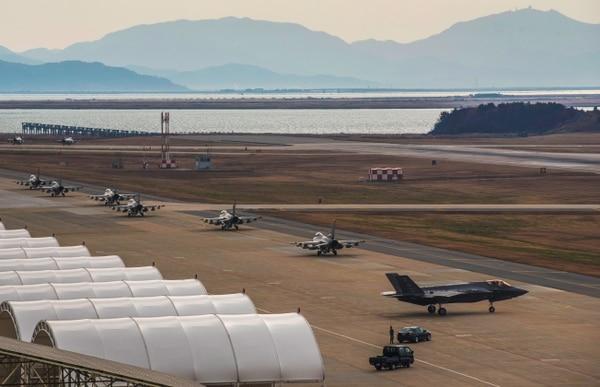 Un escuadrón de F-16 Falcon se prepara para el despegue en la base de Kunsan, al sur de la ciudad de Gunsan. En el primer plano un F-35 Lightning II (AFP)