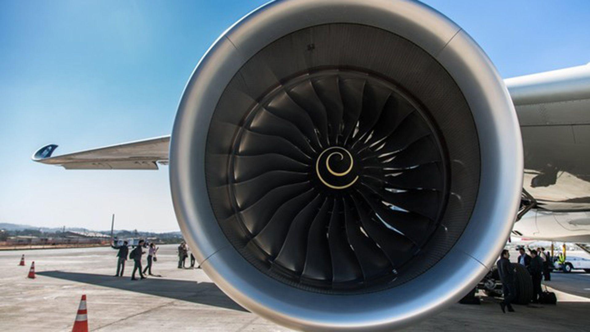 Cada motor cuenta con una turbina de gas que impulsa una hélice para mover el avión a través del aire mientras los gases de escape de la turbina fluyen hacia atrás