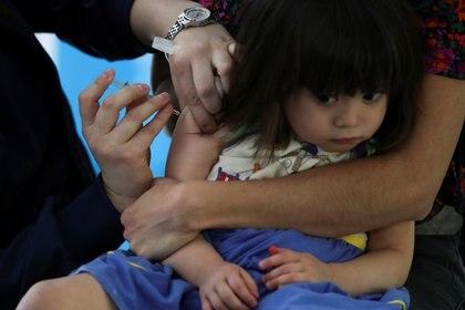 Durante la pandemia, se produjeron muchas trabas que hicieron que los padres llevaran menos a los chicos a la consulta anual con el pediatra. En general, el pediatra le va recomendando a los padres cuáles son las vacunas que les corresponden a los niños en cada etapa/ REUTERS/Ivan Alvarado