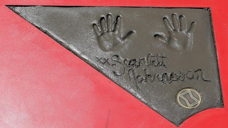 """Detalle de la placa con las huellas de las manos y la firma de la actriz Scarlett Johansson, miembro del elenco de la película de """"Avengers: Endgame"""", que se estrena a partir del 26 de abril"""