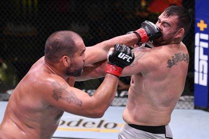 El búlgaro Blagoy Ivanov (rojo) golpea a Augusto Sakai (azul) en la penúltima pelea de la velada. Foto: Jeff Bottari/Zuffa via USA TODAY Sports
